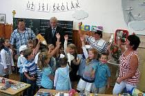 V Chodové Plané šli prvňáčci do školy v námořnickém.