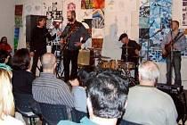 MODERÁTOR Josef Kožnar kapelu uvítal a už se hrálo v rytmu jump blues.