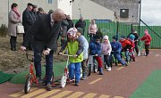 Mateřinka slavnostně otevřela hřiště, děti střihaly pásku