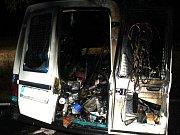 I přesto, že se řidič dostal z vozidla ještě před vypuknutím požáru, stejně musel být do nemocnice dopraven letecky.