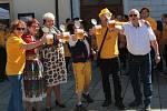 """Zahájení pivní sezóny. Kuliči dokouleli pivní sud z Bavorska na Tachovsko a na náměstí v Tachově vyhlásili """"pivní poplach""""."""