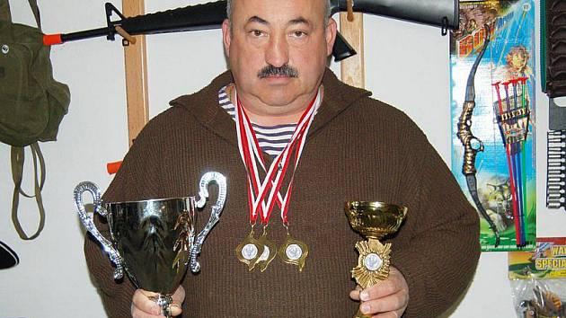 Juraj Gomolák s vítěznými poháry a medailemi