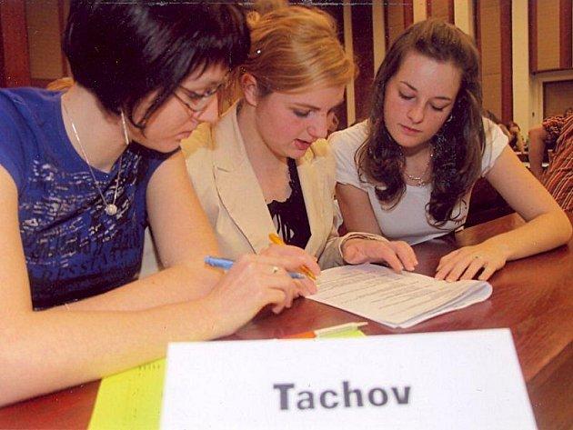 Družstvo tachovského gymnázia Martina Kotorová, Veronika Černá a Lenka Hladíková při dějepisné soutěži gymnázií v Chebu.