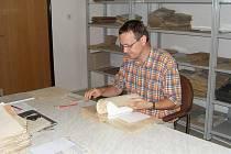 JAN EDL při práci s archiváliemi.