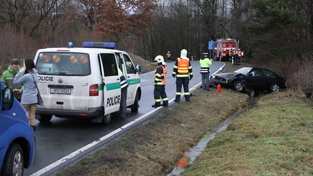 Po čelním střetu, který si vyžádal dvě zranění, skončila vozidla mimo silnici.