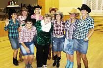 Seniorům přijely zatančit do Chodové Plané country tanečnice z Boru.