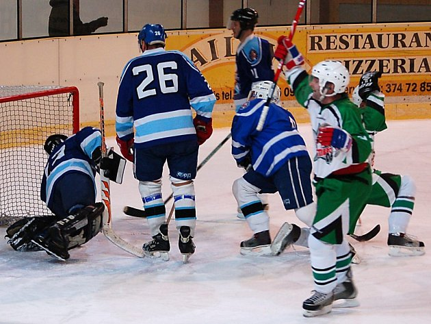 Na snímku hokejisté Stříbra (v zelenobílém) zvyšují na 0:2.