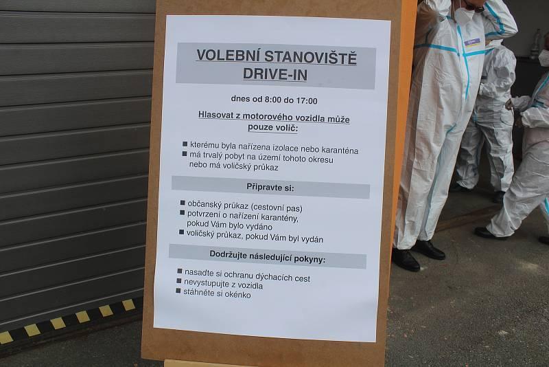 V areálu Správy a údržby silnic v Tachově bylo připraveno drive-in stanoviště pro voliče, kteří jsou v karanténě. Za prvních pět hodin provozu žádný volič možnost odvolit přímo z auta nevyužil.