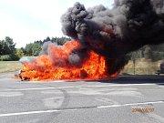 Požár dodávky, která převážela auta, nedaleko sjezdu z dálnice D5 u Mlýnce