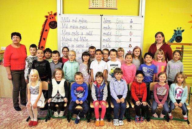 Žáci 1.C Základní školy Planá střídní učitelkou Lenkou Denkovou a asistentkou Marií Neuberkovou