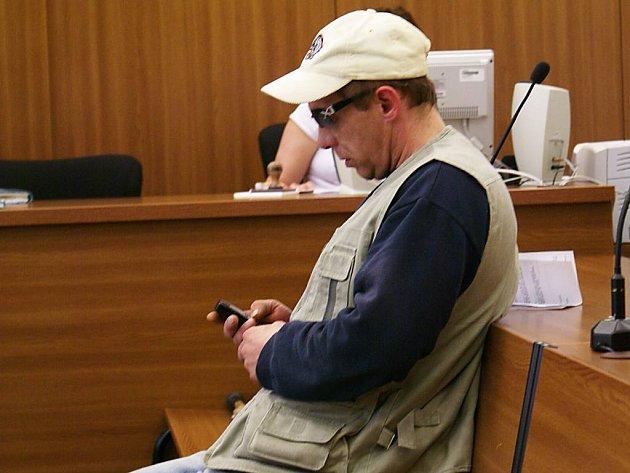 Robert Honzík ze Lohotky málem zabil při nehodě malé dítě. Neposkytl mu první pomoc a z místa ujel. Opakovaně trestaný recidivista nemá ani řidičský průkaz, a před nehodou i po ní užil drogu, pervitin, a zřejmě i heroin. Léčit ze závislosti se odmítá.
