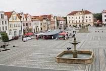 NEJMARKANTNĚJŠÍ změnou v posledních letech byla ve Stříbře přestavba náměstí, které dostalo novou dlažbu a další prvky. Město se snaží náměstí oživit trhy a kulturními akcemi.