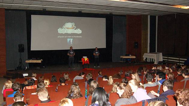 Studenti vyšších ročníků základních škol a gymnázií na přednášce o Vietnamu.