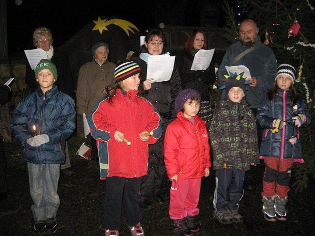 Svojšínští občané se sešli na návsi u vánočního stromu