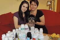 DAGMAR MRÁČKOVÁ se svojí maminkou a čtyřnohým kamarádem. Dívka trpící Crohnovou chorobou musí denně spolykat desítky prášků.