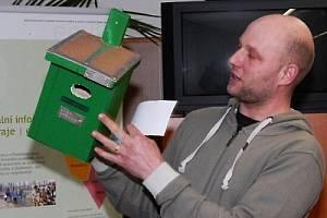 ČLEN hodnotící komise Ivo Kornatovský (na snímku) předvádí dílo Tomáše Ševčíka ze stříbrské základní školy.