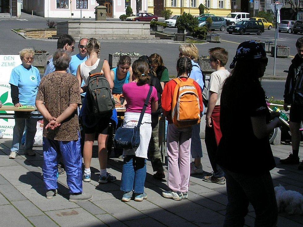 Členové ČSOP vybírají hliník na náměstí v Tachově, při příležitosti Dne Země