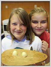 Děti si zkusily vyrobit domácí máslo