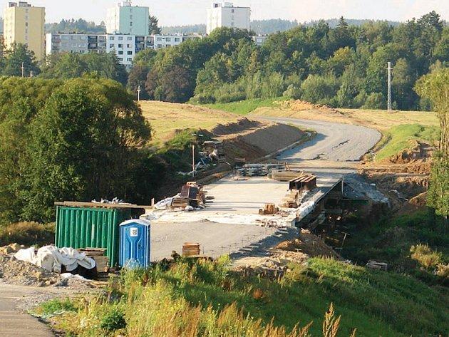 Úsek nového obchvatu Plané mezi Brodem nad Tichou a Planou. Silnice by měla být dokončena a otevřena na podzim.