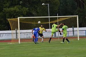 Zatímco fotbalisté Tachova (v modrém) si přivezli o víkendu dva body z Přimdy, hráči Černošína (ve žlutém) šokovali na vlastním hřišti porážkou 0:2 od Kostelce.