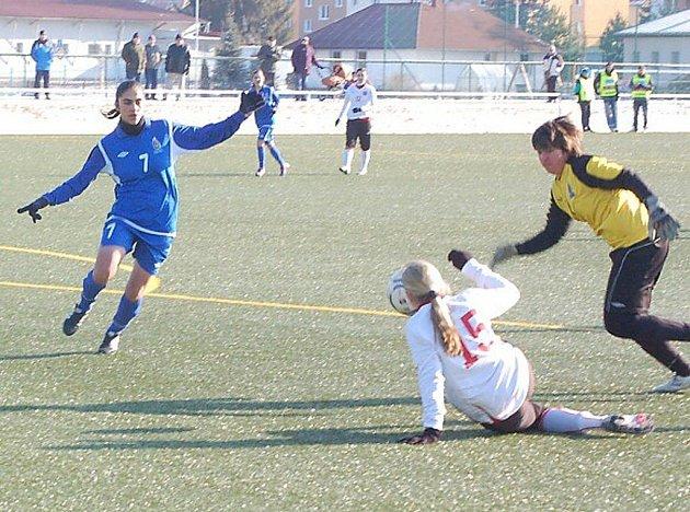 Mezistátní utkání žen U17 se hrálo na městském stadionu v Tachově a Česká republika porazila Ázerbájdžán 11:0.