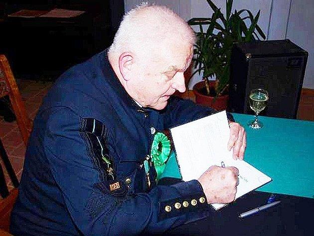 Zdeněk Eyer při autogramiádě své nové knihy pověstí a bájí Stříbrska