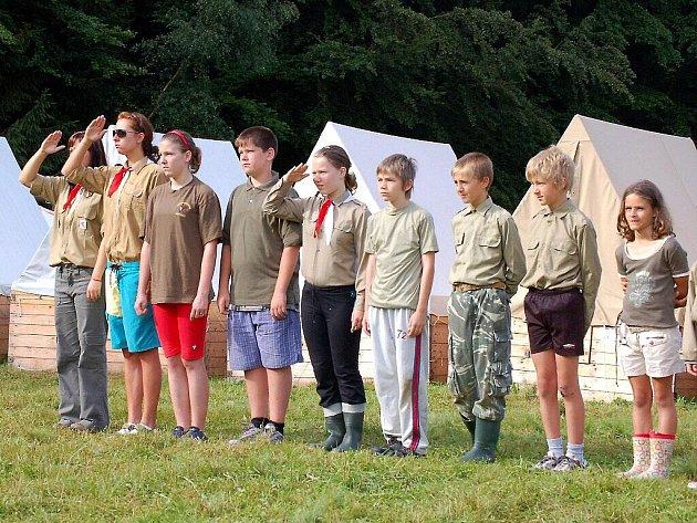 Dětský letní tábor u Václaváku je v pionýrském stylu.