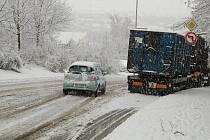 První sněhová nadílka nadělala v pátek ráno problémy v dopravě na Tachovsku