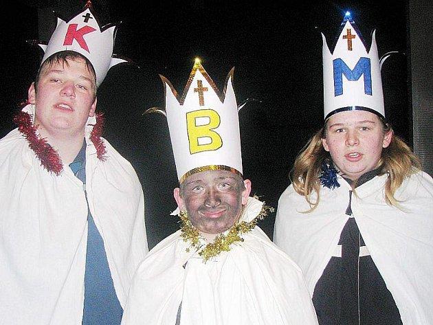 Tříkrálovou koledu si již několik let nenechají ujít (na snímku zleva) Radek Knecht, David Švejdar a Miroslav Švejdar z Únehlí.