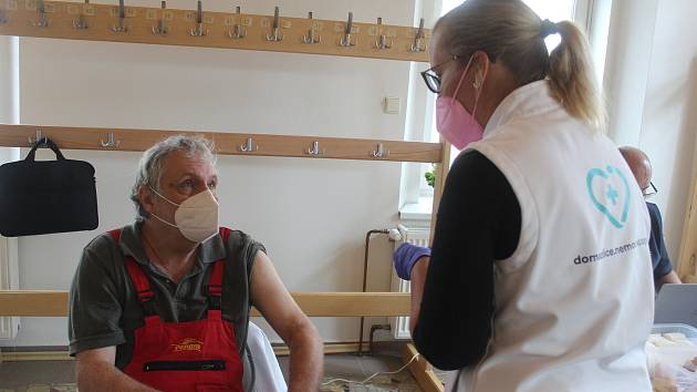 Tým Domažlické nemocnice očkoval také v Chodové Plané.