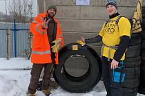 Dobrovolníci přemístili sedmdesátikilogramovou pneu do sběrného dvora.