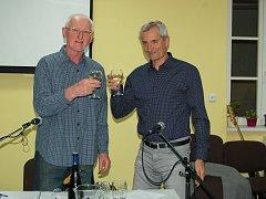 POŘADATEL ZPÍVÁNEK KAREL JOHANA přivítal Slavomíra Štrobla sklenkou dobrého bílého vína.