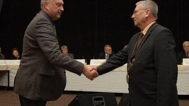 SLOŽILI SLIB. Jaromír Fořt (vlevo) skládá slib zastupitele do rukou starosty města Tachova Ladislava Macáka.