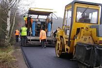 Silnice má nový asfaltový povrch.