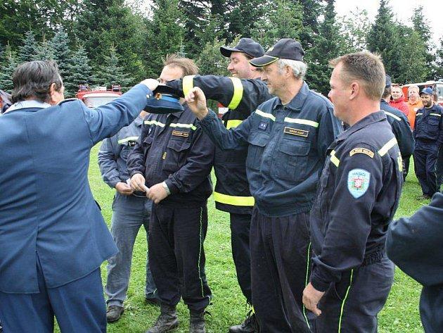 Zástupci soutěžních hasičských družstev při losování startovních čísel pro sobotní závody v Přimdě.
