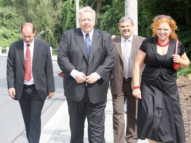 Procházku po novém chodníku absolvovali v sobotu v doprovodu starostky Kladrub Svatavy Štěrbové i oficiální hosté včetně hejtmana Milana Chovance.