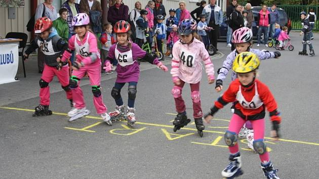 Základní škola Zárečná opět uspořádala soutěž pro děti v jízdě na inlinech, koloběžkách a odrážedlech. Zúčastnila se téměř stovka závodníků.