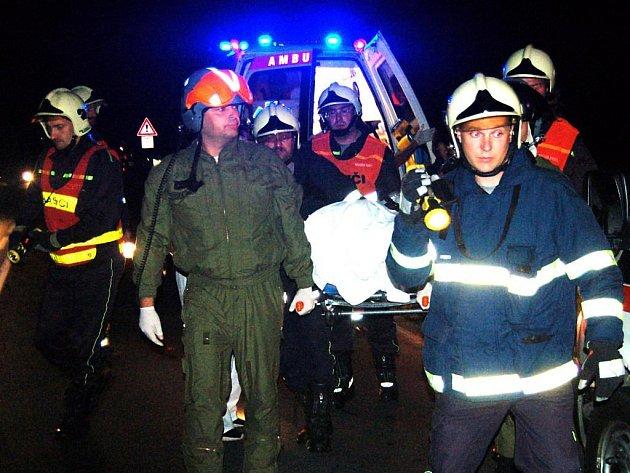 Jedenadvacetiletého spolujezdce přenesli hasiči a záchranáři do vrtulníku. Do nemocnice byl mladík přepraven s těžkým poraněním hlavy a hrudníku.