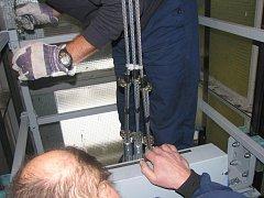 Tři měsíce starý výtah se zadrhnul mezi třetím a čtvrtým patrem panelového domu ve Stříbře v Soběslavově ulici. Ve výtahu, který visel na jediném laně uvízla mladá žena s malým dítětem. Vyprostili je hasiči. Výtah přijeli opravit pracovníci Otis Plzeň