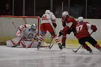 Stejná soutěž, ale rozdílný konec sezony. Hokejisté HC Tachov (v bílém) se do play-off neprobojovali, zatímco béčko HC Klatovy (v červeném) v něm prošlo až do finále, ale to už nestihlo odehrát.