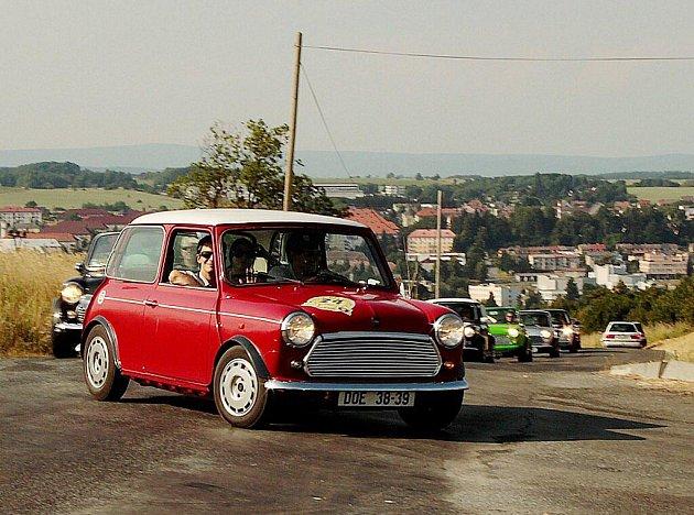 Mini Coopery dorazily do Tachova na letiště, kde diváci vybírali nejlepší vůz.