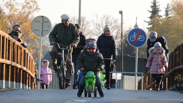 Na novou stezku se po slavnostním otevření vydali cyklisté všech generací i pěší turisté a rodiče s dětmi.