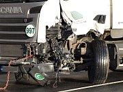 Nehoda kamionu s dodávkou silnici z Plané do Tachova zcela zablokovala.