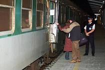 První cestující nastupují do rychlíku směrem na Cheb.