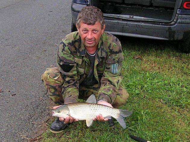 Největším úlovkem se při sobotních rybářských závodech v Lestkově mohl pochlubit Bohouš Kostka. Chytil amura, který měřil dvaapadesát centimetrů