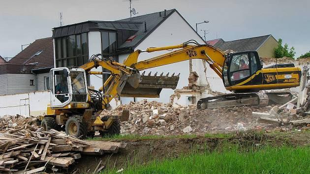 Poslední práce na demolici budovy bývalé sokolovny v Tachově.