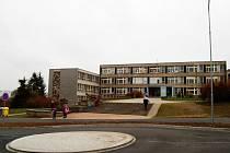 STARÁ OKNA VYMĚNÍ ZA NOVÁ. Školu v Zárečné (na snímku) čeká jak výměna oken tak zateplení budov.