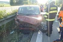 Fiat Multipla se střetla s kamionem, poté i se svodidly.
