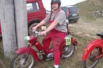 ZDENĚK ADAMEC na svém pionýru, se kterým absolvoval závody v obci Úterý na severním Plzeňsku.