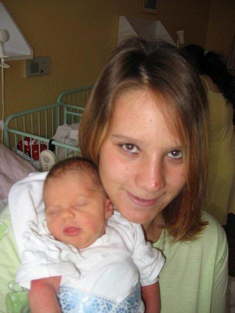 Šárce Hoppové a Stanislavu Pochovi z Bezdružic se 2. září třiadvacet minut po osmé hodině ráno narodil v Mulačově nemocnici syn Adámek (2,85 kg/48 cm). Šestiletá Šárka je bráškou nadšená.
